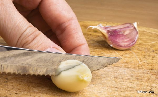 hand slicing garlic